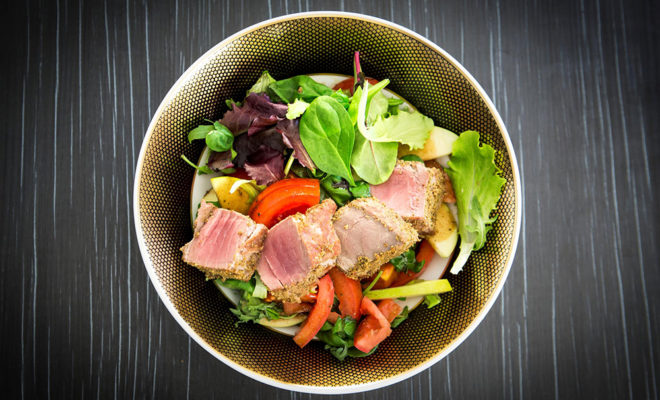 Saláta pirított tonhal steakkel